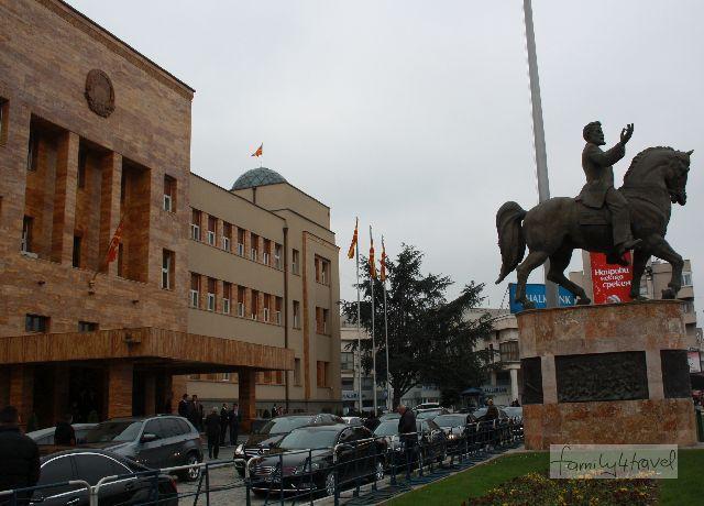 Der Arbeitsplatz von Männern, die es bisher noch nicht auf Sockel geschafft haben - aber was nicht ist, kann in Skopje bestimmt noch werden.