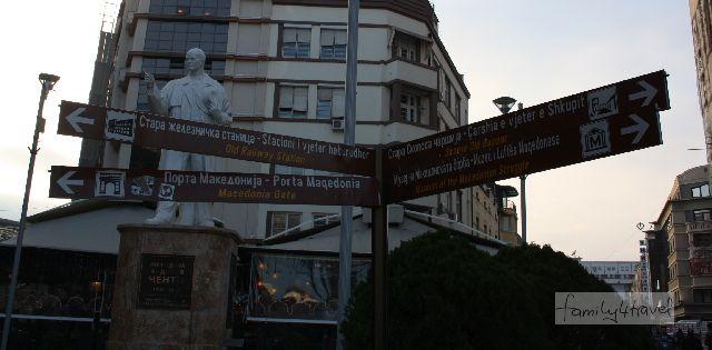 Sightseeing in Skopje beinhaltet unweigerlich jede Menge Männer auf Sockeln.