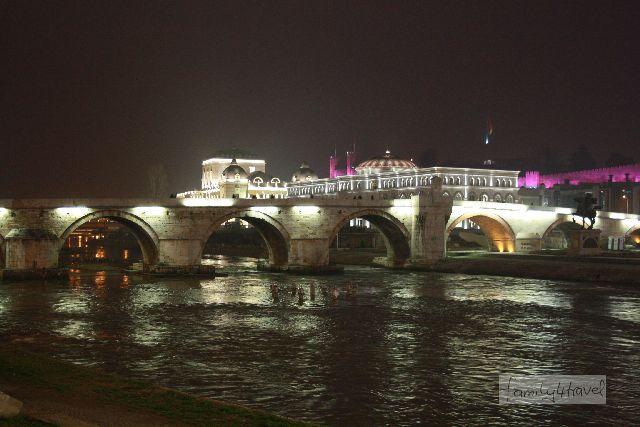 Die Steinerne Brücke über den Varsar ist das Wahrzeichen von Skopje.