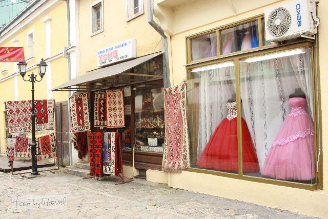 Prächtige Abendkleider und traditionelle Teppiche: Auf dem Alten Basar gibt's alles.