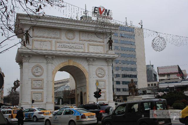 Die Porta Macedonia sieht aus wie ein zu heiß gewaschener Arc de Triomphe.