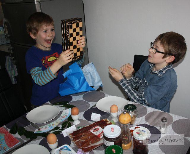 Geburtstagsfrühstück in der Fremde mit lang ersehntem Schachbrett - einer von Silas' schönsten Momenten auf unserer Reise.