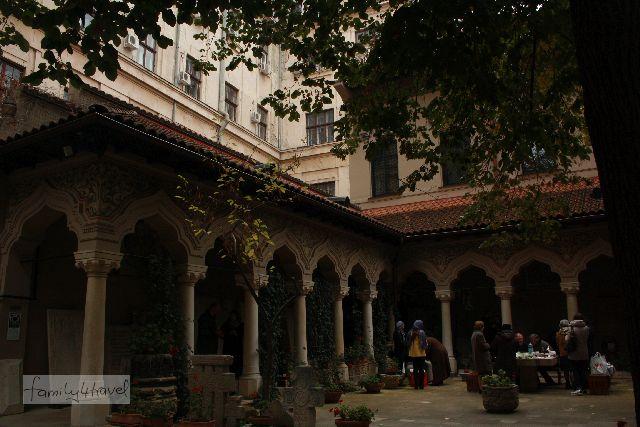 Besonders weil unsere sonstigen Erfahrungen mit Bukarest nicht so besonders prima waren, finde ich es super, dass Silas ausgerechnet an diesen Moment gedacht hat. Leider ist das einzige Foto, das ich von dem unverhofften Picknick habe, himmelschreihend unscharf. Hier ist der Innenhof des besagten Klosters zu sehen.
