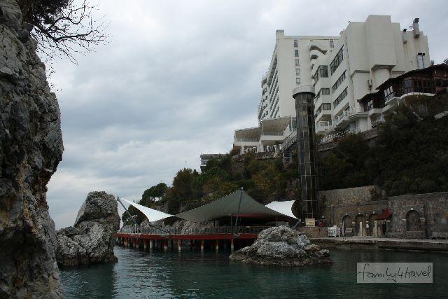 """Besonders hübsch ist es nicht, das """"hotel de luxe KoruMar"""", aber es liegt direkt am Meer."""