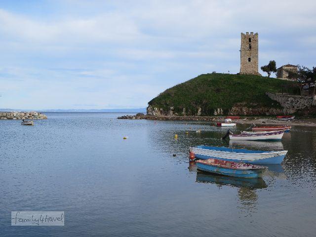 Bunte Fischerboote im Hafen vor der Kulisse des weißen Turms - Nea Fokea ist malerisch.