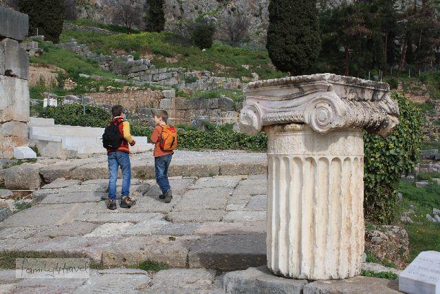 Unsere Kinder finden sich zwischen antiken Ruinen bestens zurecht. Dass sie gerade an einer ionischen Säule vorbeilaufen, wissen sie genau (das heißt allerdings nicht, dass es sie sonderlich interessiert...).