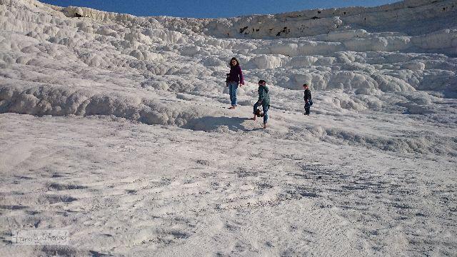 """Kein Schnee, """"nur"""" der Travertin von Pamukkale. Der ist bei 8 Grad im Winter aber auch reichlich kalt, wenn man barfuß gehen muss..."""