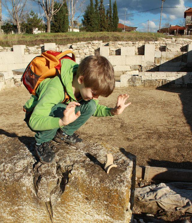 Auf dem Ausgrabungsgelände kommen die Kinder der Antike noch mal ein ganzes Stück näher als im Museum - oder an jedem anderen Ort, den wir kennen.