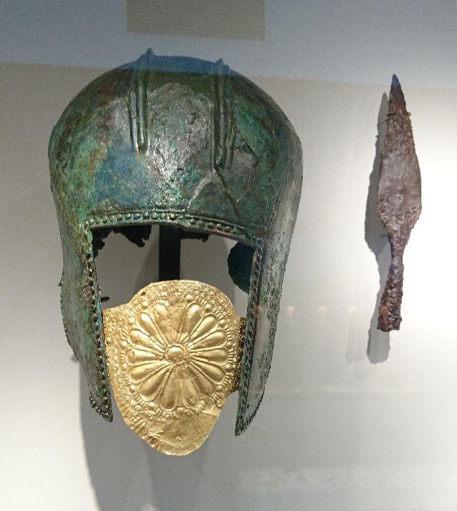 Der goldverzierte makedonische Helm stammt aus einem Grab.