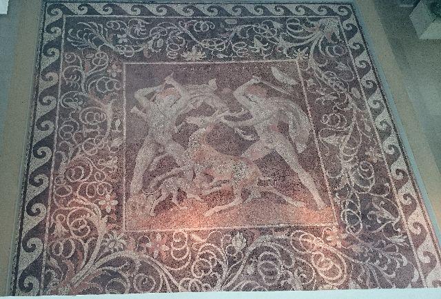 Auch dieses prächtige Fußbodenmosaik haben die Archäologen aus den Trümmern des antiken Pella geborgen.