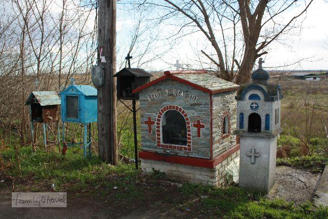 Eine ganze Handvoll orthodoxer Schreine steht auch ganz in der Nähe des Ausgrabungsgeländes am Straßenrand
