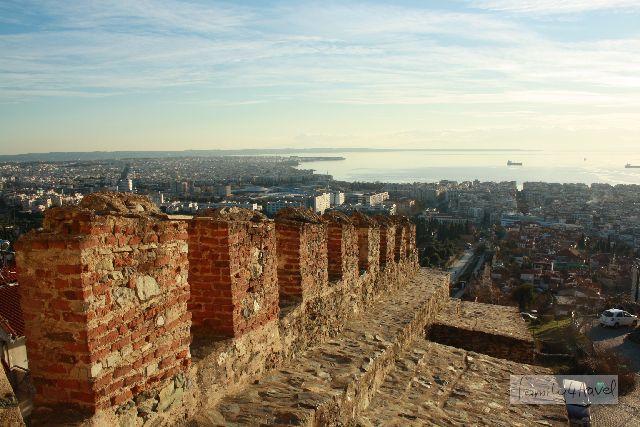 Vom Burgberg geht der Blick über die Stadt bis hinunter zum Meer.