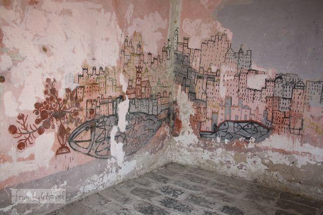Die Zeichnungen im Inneren von Filippo Bentivegas Hütte werden als Darstellungen seiner Zeit in Amerika gedeutet.