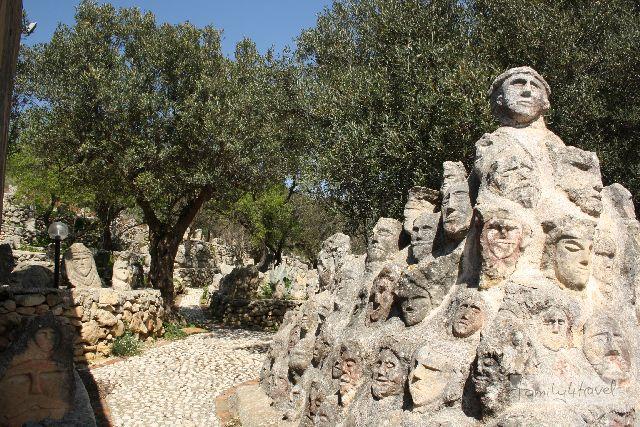 Das Castello Incantato ist ein Olivenhain voller Skulpturen des Nicht-Künstlers Filippo Bentivega.