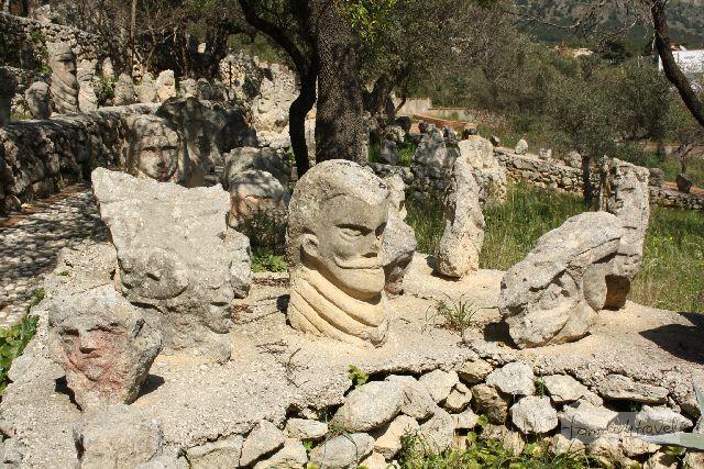 Es gibt Behauptungen, dass die meisten Stein-Portraits Filippos Widersacher von damals darstellen.