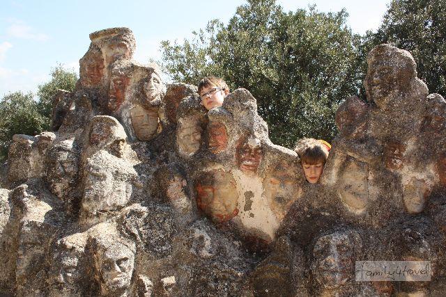 Kinder haben Spaß im Castello Incantato. Es gibt genügend Platz zum Herumtollen und buchstäblich an jedem Stein etwas zu entdecken.
