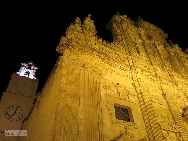 Die Sant'Agata Kathedrale ist so eng umbaut, dass man kaum weit genug zurück gehen kann, um die Fassade vollständig zu fotografieren.