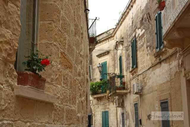 Eine von den schlichteren Altstadtgassen in Lecce.