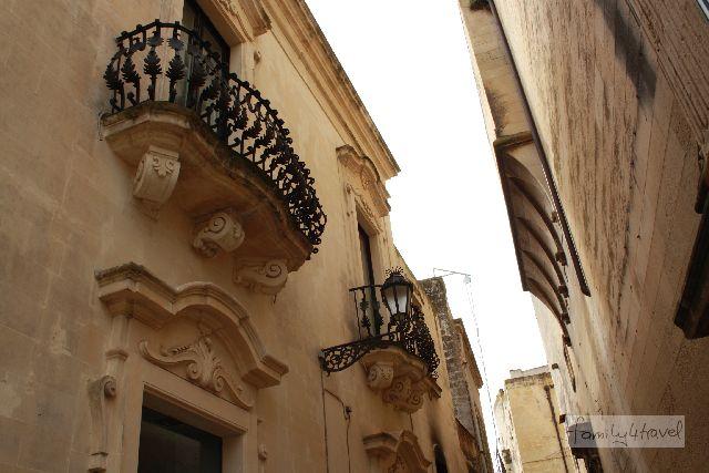 Auch viele profane Wohnhäuser erfreuen sich in Lecce dank des weichen Tuffsteins wilder Ornamente.