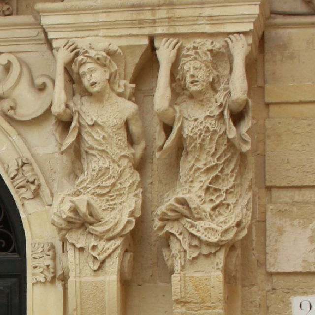So wie der Dame rechts geht es vielen bildhauerischen Details in Lecce.