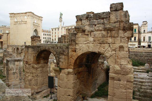 Antike Ruinen eines Amphitheaters.