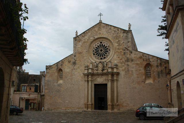 Von außen ist die Kathedrale gar nicht weiter beeindruckend. Aber man sollte sie sich unbedingt von innen ansehen!