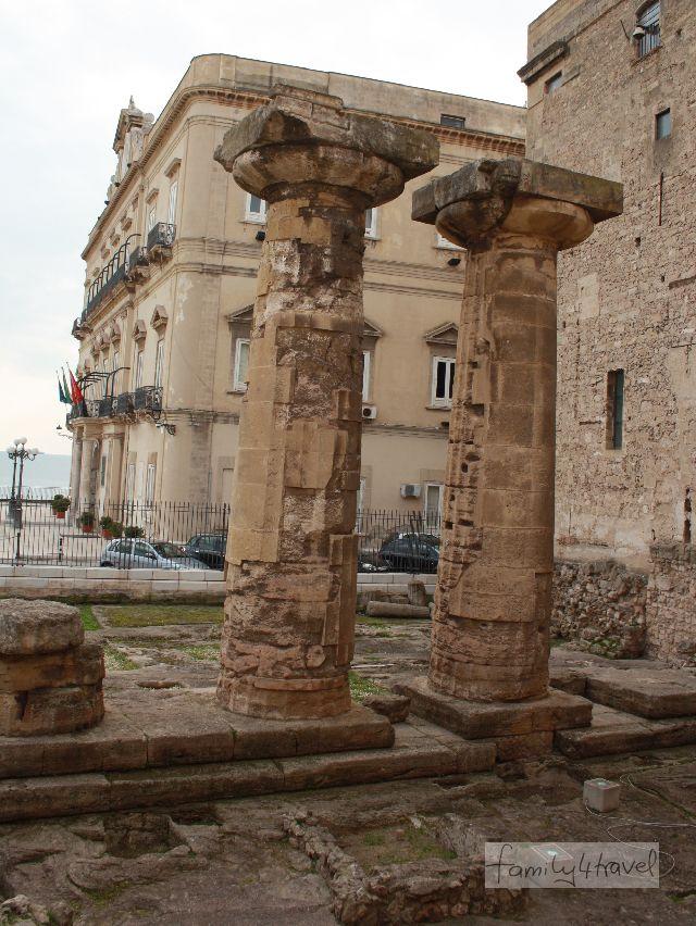 Mitten in der Stadt, ganz in der Nähe von Rathaus und Festung, stehen die zwei dorischen Säulen, Überbleibsel des Poseidon-Tempels.