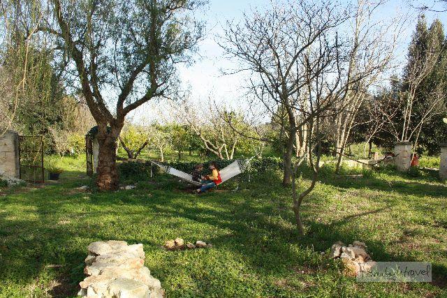 Unseren Jungs gefällt der ganz natürliche Garten in Urupia mit Hängematte und Matschkuhle.