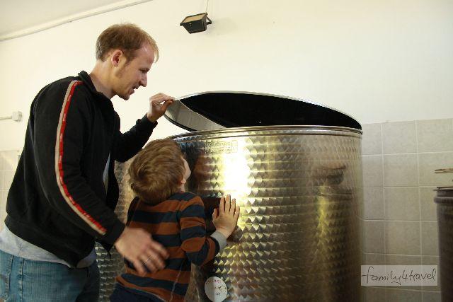 Hier lagert das wunderbar aromatische Olivenöl. Wir dürfen mal schnuppern.