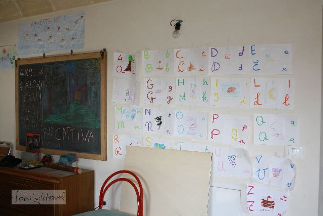 Selbstbestimmt lernen in der altersübergreifenden Klasse: So sieht das brandneue Klassenzimmer der Agrar-Kommune aus.