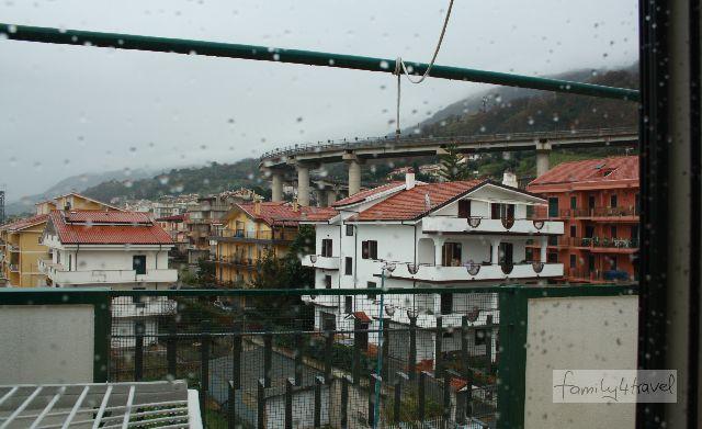 Der Ausblick aus dem Fenster war mehr als trostlos. Dabei war unsere Unterkunft in Vibo Marina durchaus nett.