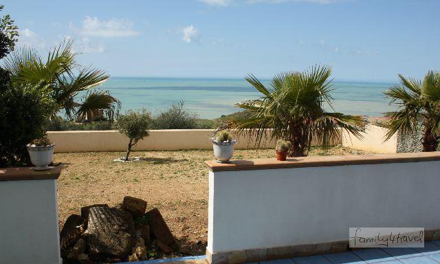 Blauer Himmel, blaues Meer: Bei Sonnenschein ist das Leben schöner! (Ausblick von der Terrasse unserer Ferienwohnung in Sciacca, Sizilien.)
