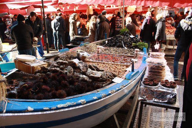 Fischmarkt in Catania. Ich hatte keine Ahnung, dass man Seeigel auch essen kann!