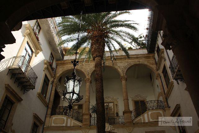 Innehnhof eines Palazzo in Palermo, Sizilien mit Kindern