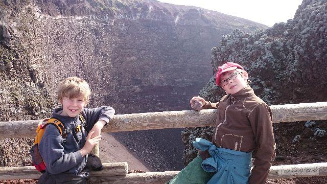 Einmal reingucken in den Vulkan, macht 36 Euro für eine vierköpfige Familie.