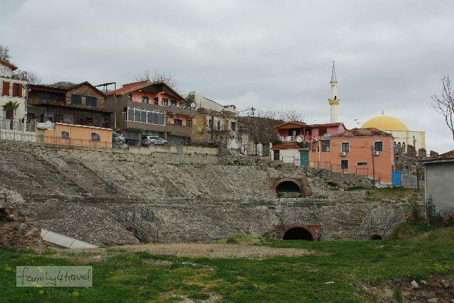 Mitten im Stadtzentrum von Durres befinden sich die freigelegten Reste eines griechisch-römischen Amphitheaters.