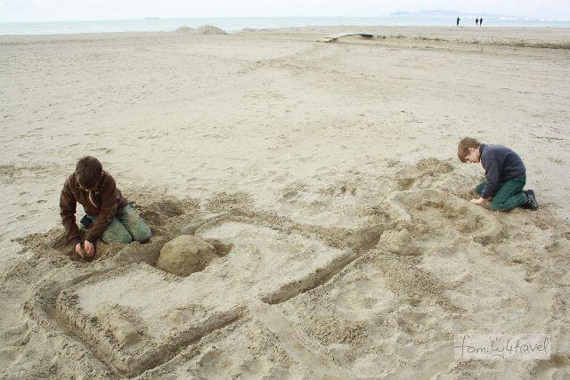 Urlaub in Albanien: Ein ganzer Strand für zwei Jungs. Im Sommer sieht das schon anders aus, haben wir gehört.