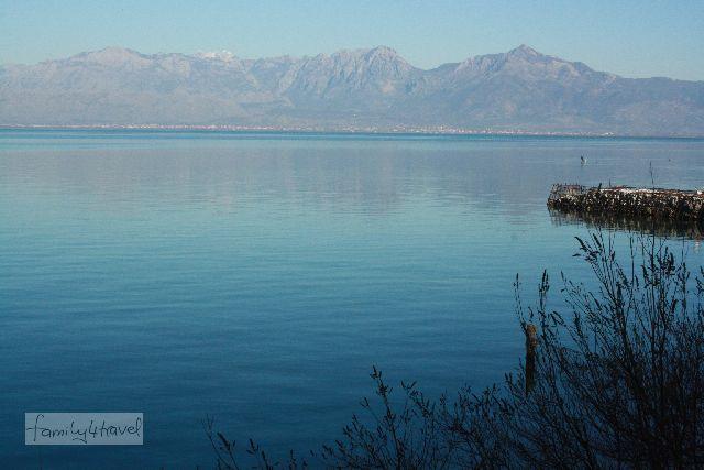Der Skutari-See trennt Albanien von Montenegro. Dahinter beginnen die Berge und hören so schnell auch nicht wieder auf.