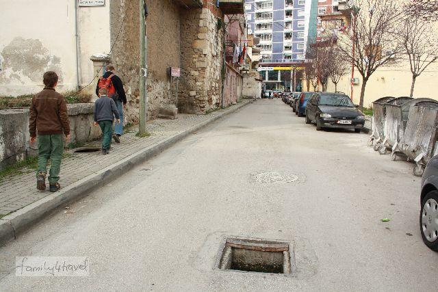 Auch das ist Albanien: Eigenverantwortung muss man schon an den Tag legen... (Nebenstraße in Durres.)