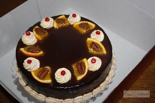 Diese Torte, frisch vom Konditor, hat umgerechnet etwa 4,50 Euro gekostet. Mir war sie zu sahnig, aber der männliche Teil der Familie war vollauf zufrieden.