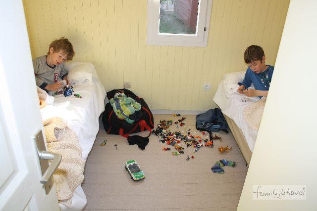 Da soll keiner sagen, bei family4travel gäb's keine absolut authentischen Fotos! Nicht mal die Drecksocken hab ich weggeräumt, bevor ich auf den Auslöser gedrückt habe... Aber man sieht, worauf es ankommt: Die Jungs haben echt Platz in ihrem Kinderzimmer. Campingplatz Marina d'Erba Rossa, Korsika.