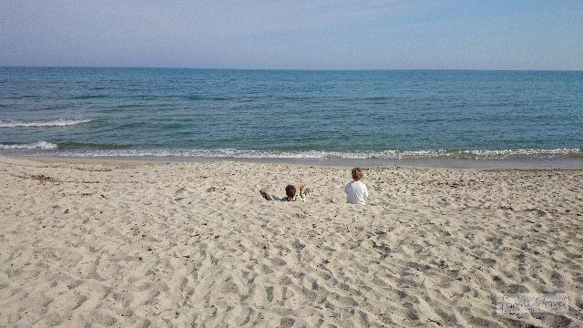 Der feine Sandstrand ist kaum hundert Meter von unserer Haustür entfernt. Campingplatz Marina d'Erba Rossa, Korsika.
