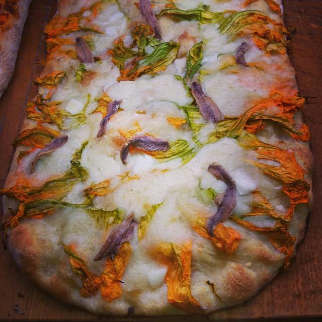 Pizza mit Sardellen und Zucchiniblüten - ein Gedicht!
