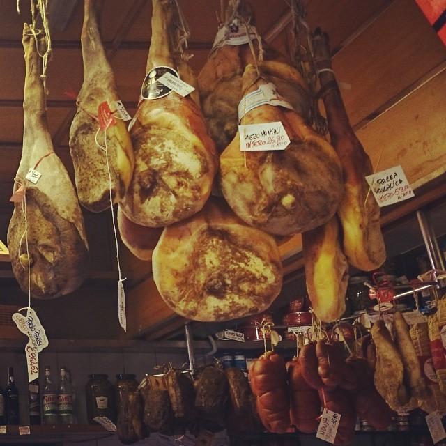 Über den Köpfen der Kunden hängen köstliche Kostbarkeiten.