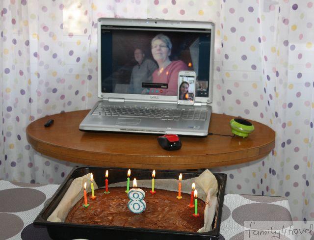 An Silas' 8. Geburtstag in Split skypen wir mit Oma und Opa und Tante Gesa. So etwas ist zeitaufwändig und selten.