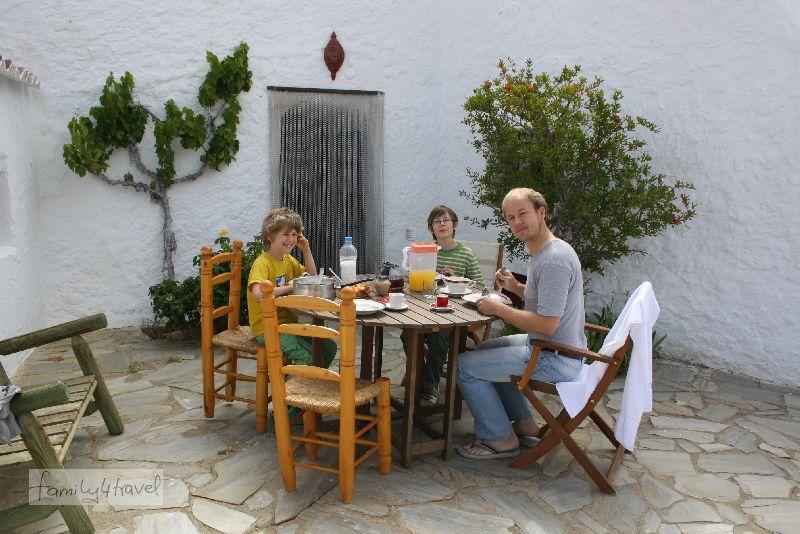 Höhlenmenschen beim Frühstück.