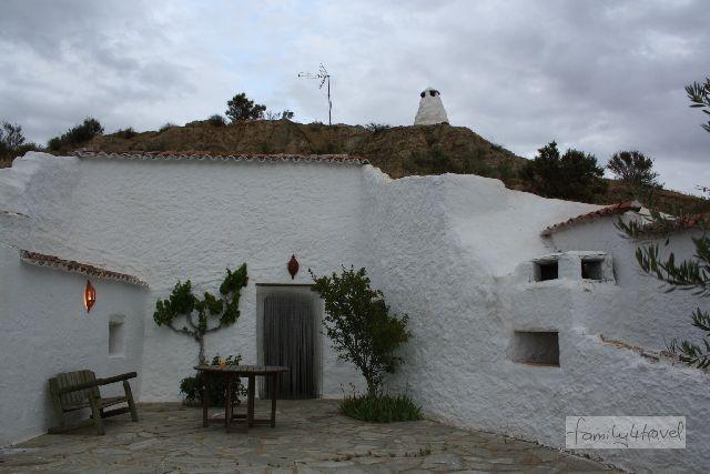 Unsere Wohnhöhle in der Abenddämmerung. Der erste Blick von außen zeigt gar nicht, dass sich der Großteil des Hauses im Berg befindet.