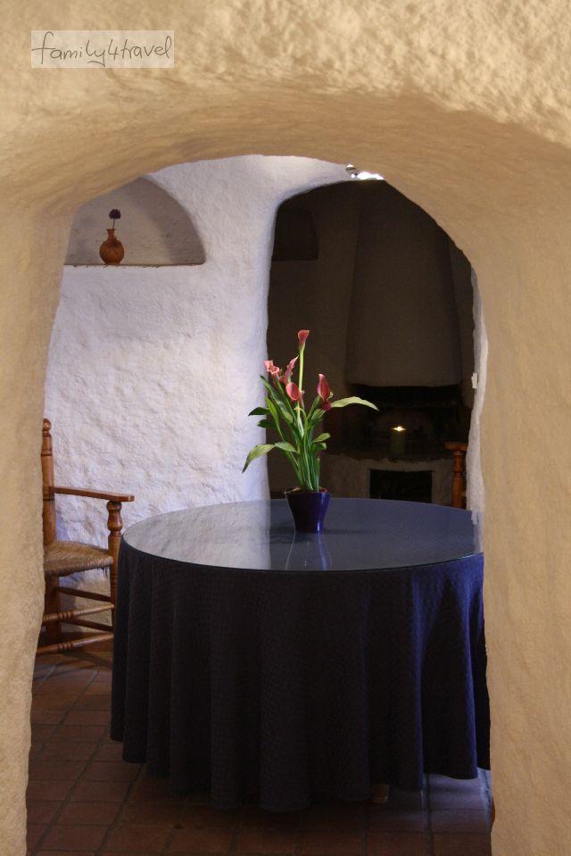 Von der Eingangshalle geht es ins Kaminzimmer. Die Einrichtung mit viel Liebe zum Detail schließt selbst Topfblumen mit ein.