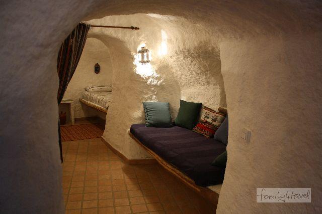 Unterirdisch und trotzdem sehr gemütlich: Blick in die Wohn- und Kinderzimmer unserer Höhle.