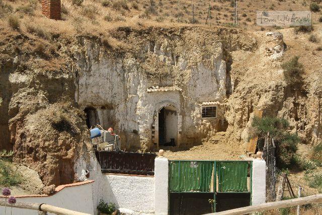 Die Nachbarhöhle sieht noch... traditioneller aus.
